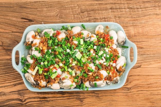 新鮮な蒸し牡蠣と春雨のプレート 無料写真