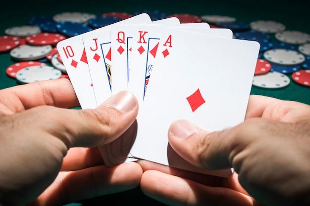 Игрок в покер с королевскими флеш-картами Бесплатные Фотографии