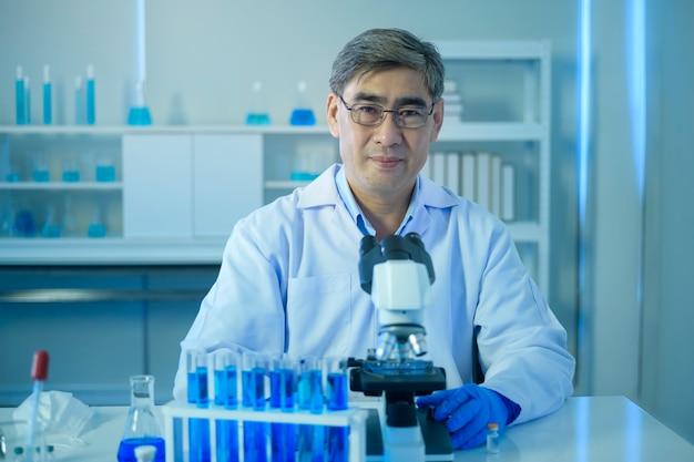실험실, 과학 및 기술 건강 관리 개념에서 실험하는 동안 과학자의 초상화 프리미엄 사진