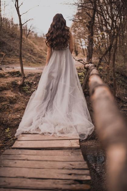 薄手のロングドレスを着た妊婦 Premium写真