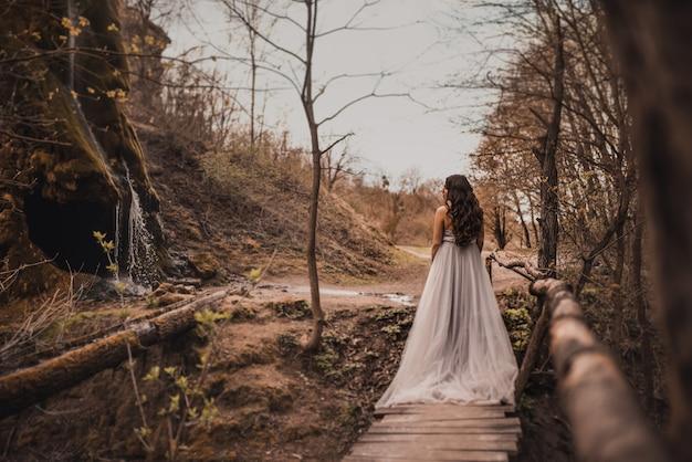 Беременная в легком длинном платье Premium Фотографии