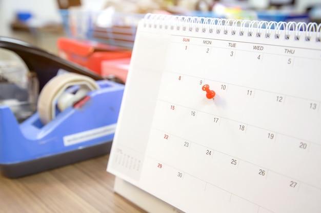 Штырь красного цвета на календаре, концепция для плановика событий. Premium Фотографии