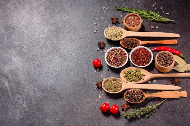スパイスとハーブのセット。インド料理。コショウ、塩、パプリカ、バジルなど。上面図。 Premium写真