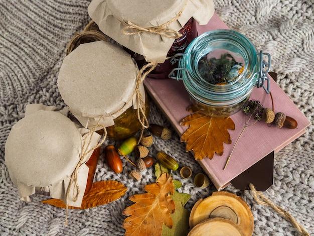Набор полезных ингредиентов для лечения народными методами. варенье и сушеные травы для чая. уютная атмосфера. Premium Фотографии