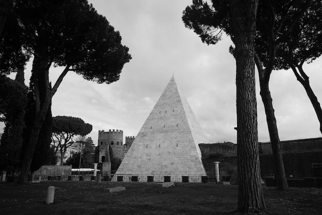 Выстрел из пирамиды и замок в лесу Бесплатные Фотографии