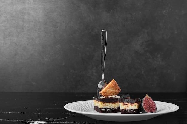 Кусочек шоколадного торта с фруктами в стороне. Бесплатные Фотографии