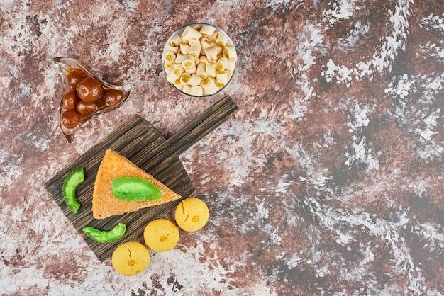 バタークッキーとハニーケーキのスライス、上面図。 無料写真