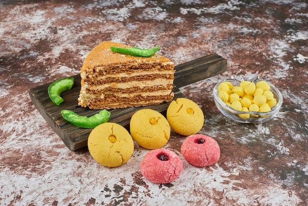バタークッキーとハニーケーキのスライス。 無料写真