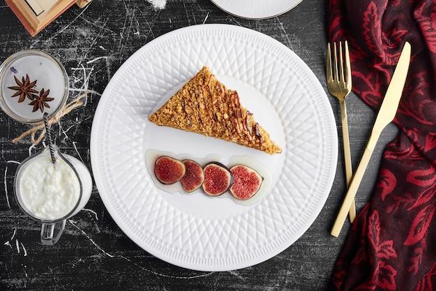 Кусочек торта medovic с инжиром, вид сверху. Бесплатные Фотографии