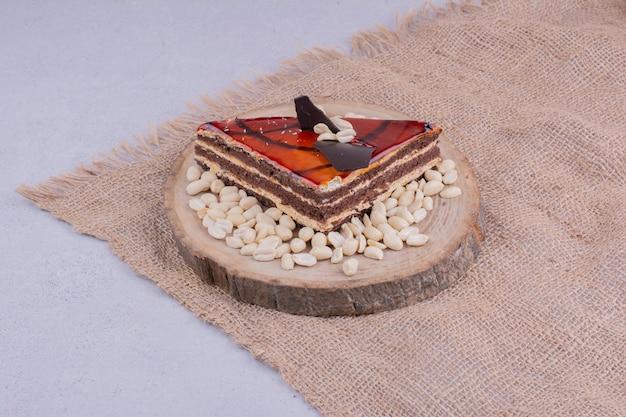 黄麻布の上の赤いキャラメルケーキのスライス 無料写真