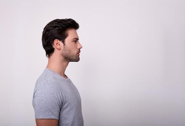 プロファイルのグレーのtシャツを着たスポーティな男。 Premium写真