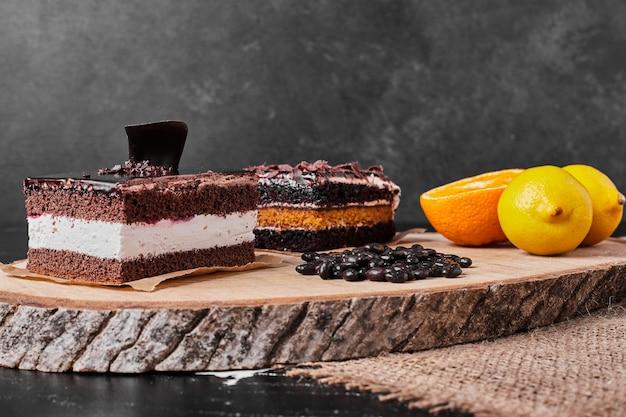 Квадратный кусочек шоколадного чизкейка с лимоном. Бесплатные Фотографии