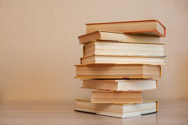 たくさんの本がテーブルの上に立っています Premium写真