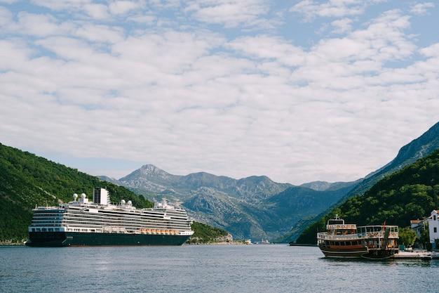 モンテネグロのボココトル湾にある、ヴェリージュ海峡の背の高い高層巨大クルーズ船 Premium写真