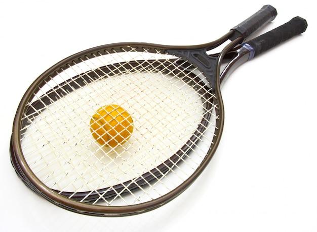 Теннисный мяч и ракетка Premium Фотографии