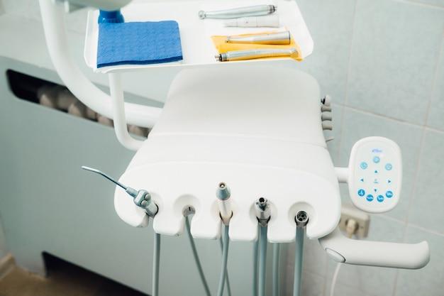 그의 사무실에서 일하기 전에 치과 의사를위한 도구. 프리미엄 사진