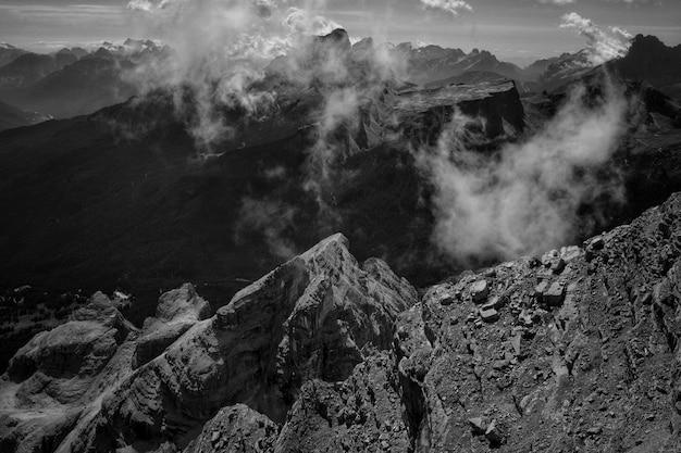 Вершина горы с натуральным дымом Бесплатные Фотографии