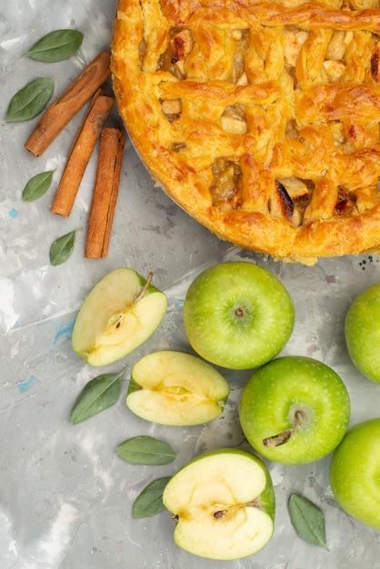 Круглый яблочный пирог, вид сверху, вкусный со свежими яблоками и корицей на белом бисквитном торте на столе Бесплатные Фотографии