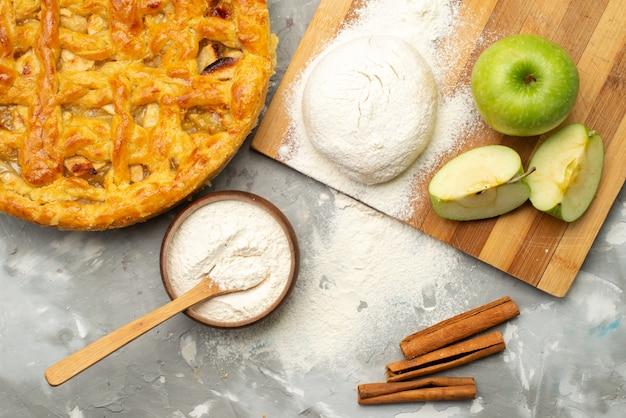 Вид сверху яблочный пирог круглый сформирован восхитительно со свежей яблочной мукой на белом бисквите для торта Бесплатные Фотографии