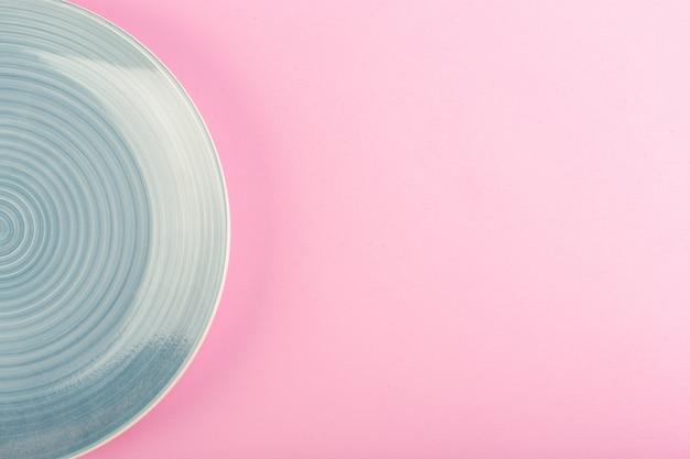 Голубая пустая тарелка, вид сверху, сделанная тарелка для еды на розовом Бесплатные Фотографии