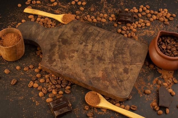 茶色のテーブル全体にチョコバーが付いた平面図の茶色のコーヒーの種 無料写真