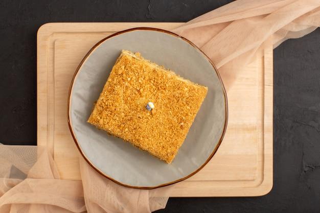 Ломтик торта, вид сверху, вкусный и запеченный на тарелке Бесплатные Фотографии