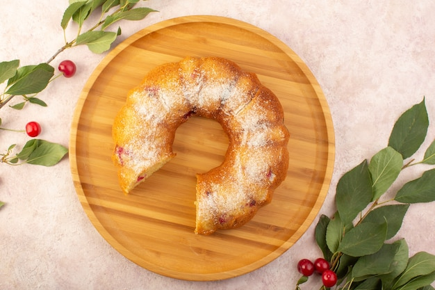 Вид сверху вишневый торт на деревянном столе с вишнями на розовом столе торт печенье сахарное сладкое Бесплатные Фотографии