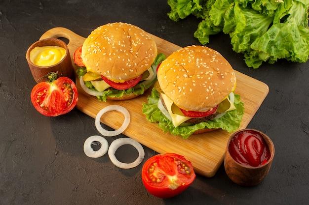 トップビューチキンバーガーとチーズとグリーンサラダ 無料写真
