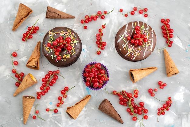 白い背景の上のフルーツビスケットドーナツチョコで設計されたドーナツと平面図チョコレートケーキ 無料写真