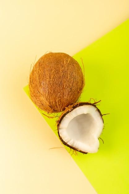 Вид сверху кокосовое целое молочно-свежая спелая, изолированная на кремовом фисташковом Бесплатные Фотографии