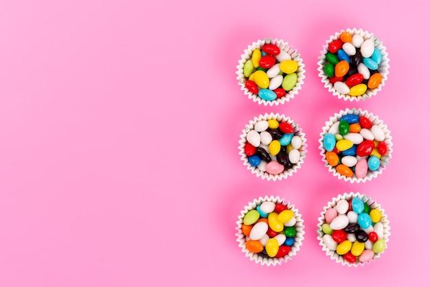 ピンクの紙パッケージ内のトップビューカラフルなキャンディー 無料写真