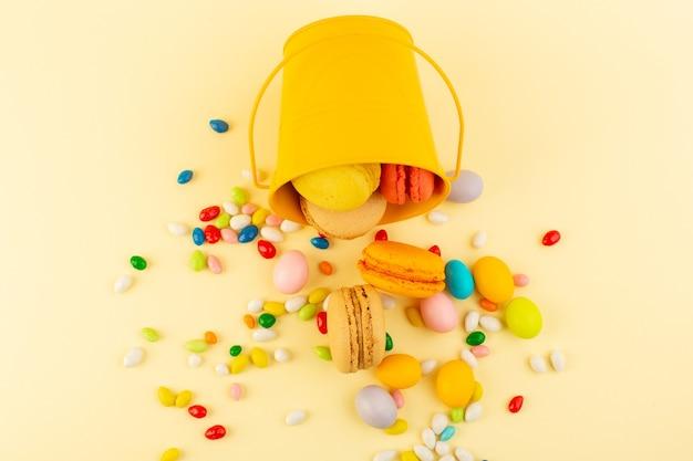 トップビューフレンチマカロンとカラフルなキャンディー 無料写真