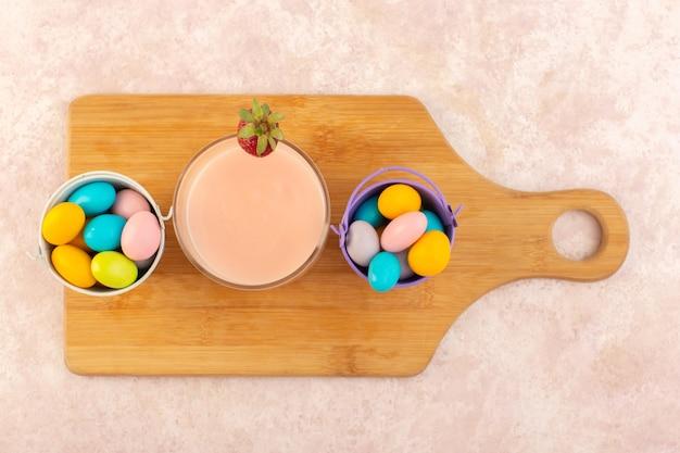ストロベリーデザートとトップビューカラフルなキャンディー 無料写真
