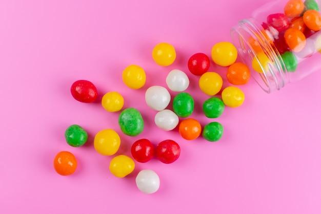 上面と上面のカラフルな甘いお菓子のピンクと砂糖の甘い色の缶 無料写真