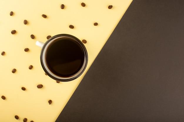 茶色のコーヒーの種子とコーヒーのトップビューカップ 無料写真