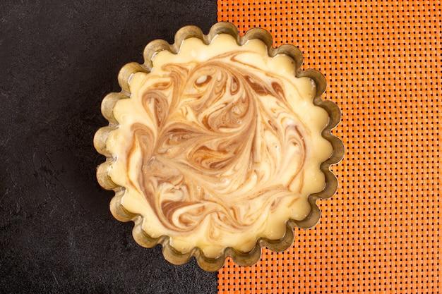 Вид сверху вкусный кофейный торт сладкий вкусный сахарный хлеб торт сладкий на темном и оранжевом столе Бесплатные Фотографии
