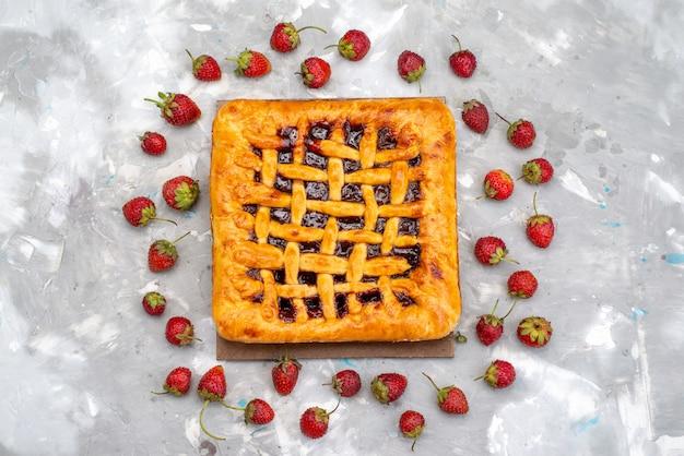 Вид сверху вкусный клубничный торт с клубничным желе внутри вместе со свежей клубникой на сером столе, торт, десертный чай Бесплатные Фотографии
