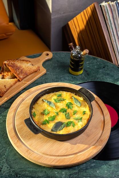 Вид сверху яичной муки внутри сковороды с хлебом на столе пищевой муки яичного цвета Бесплатные Фотографии