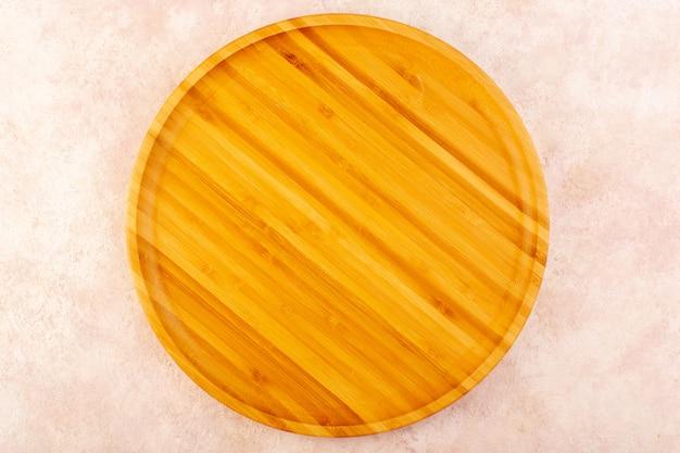 ピンクの背景の木のツリーテーブルに分離されたトップビュー空の木製デスクブラウン 無料写真