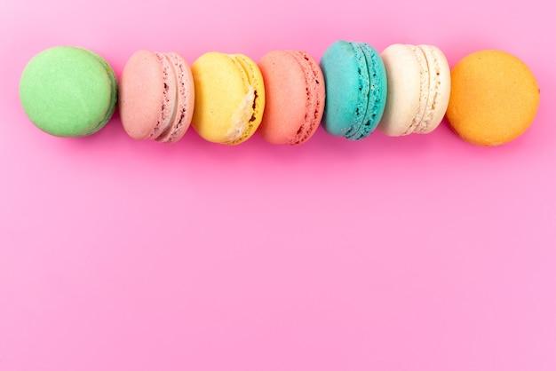 ピンク、ケーキビスケット菓子に並ぶ平面図フランスのマカロンカラフルな丸いおいしい 無料写真