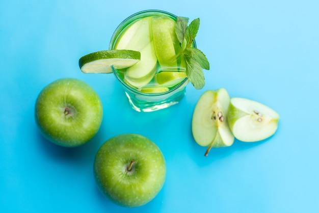 トップビューフレッシュフルーツカクテルフレッシュフルーツスライス氷冷青、ドリンクジュースカクテルフルーツ色 無料写真