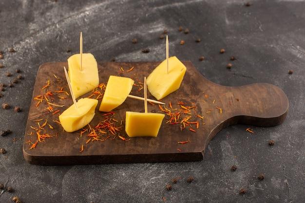 灰色の机食品食事スナックコーヒーに茶色のコーヒー種子とトップビューの新鮮な黄色のチーズ 無料写真