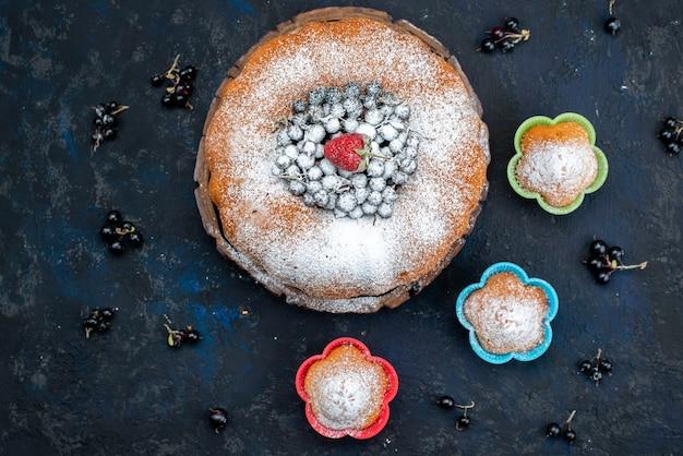 Фруктовый торт, вид сверху, восхитительный и круглый, со свежим синим, ягодами на темном, бисквитным сладким сахаром Бесплатные Фотографии