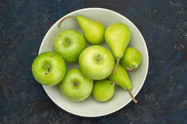 Вид сверху зеленые яблоки с грушами внутри белой тарелки на темном фоне фруктовой мякоти свежей Бесплатные Фотографии