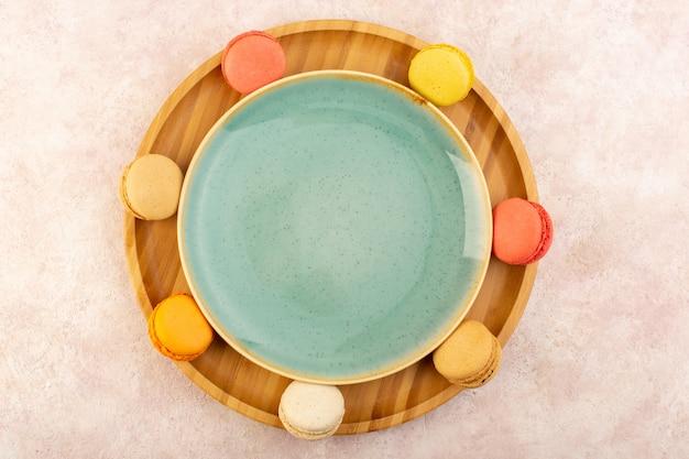 ピンクのテーブルケーキビスケットシュガースイートにフランスのマカロンが並ぶ平面図 無料写真