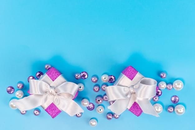 トップビューの青、誕生日のお祝いパーティーに分離された誕生日の小さな紫色のボックス 無料写真