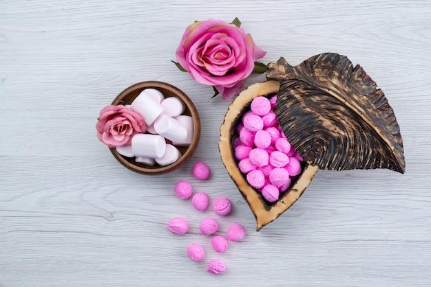 トップビューマシュマロと白、砂糖の甘いお菓子の色で隔離されるキャンディー 無料写真