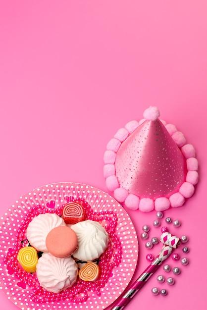 プレート内のメレンゲとマーマレードの上面、誕生日のホイッスル、ピンク、マシュマロの砂糖の甘い色の誕生日キャップ 無料写真