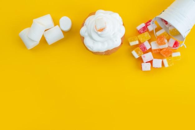 トップビューメレンゲとマシュマロとマーマレードと黄色、砂糖の甘いお菓子の色 無料写真
