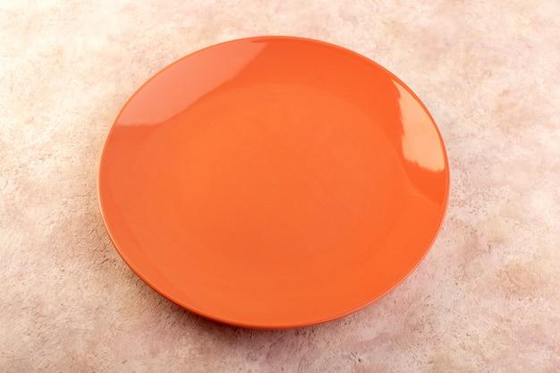 상위 뷰 오렌지 라운드 접시 빈 유리 만든 격리 된 식사 테이블 색상 무료 사진